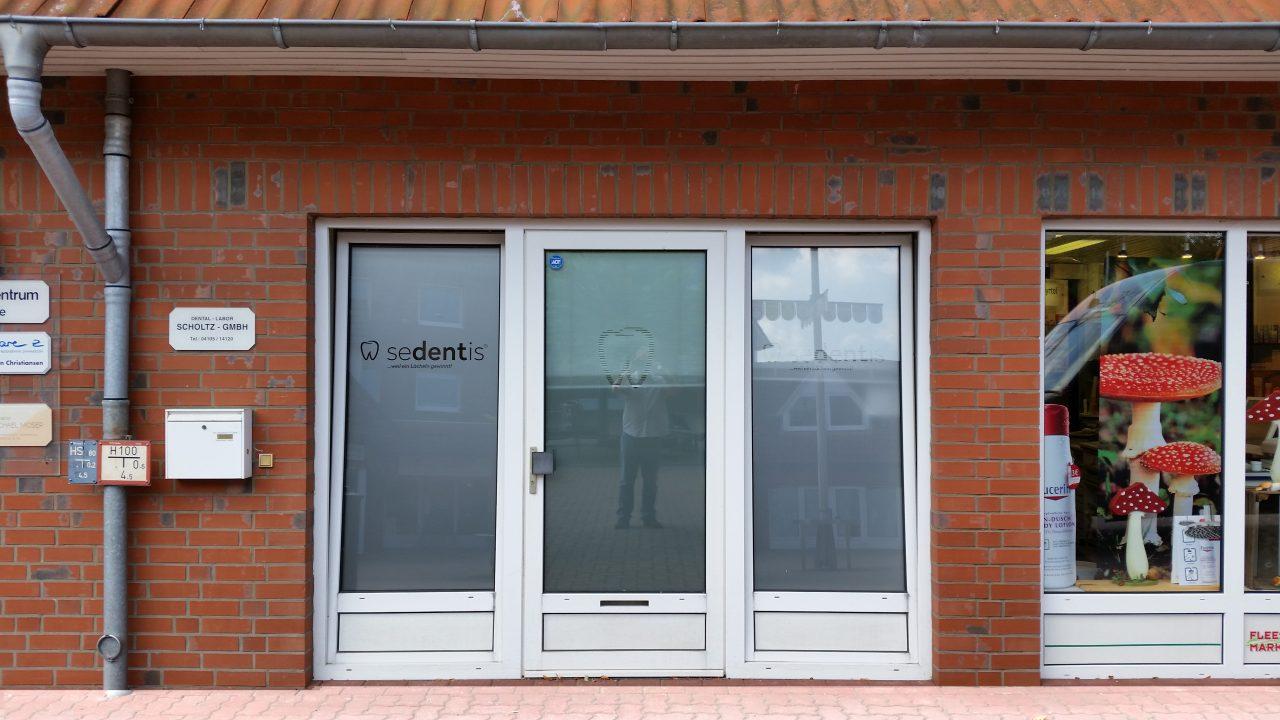 Mandego- Sedentis Fensterbeschriftung